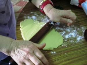 Estirant la pasta per fer robiols