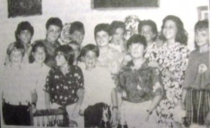 PI sor Angela Anta amb un grup d'alumnes. Santa Teresa, 1986?
