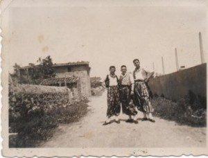 PO Tres joves vestits de pagesos: Miquel Garau POLONI, Guillem Vidal FERRIOL i Miquel Ramis XIC