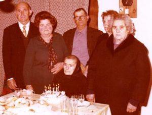 Catalina Roca quan va fer 90 anys, envoltada dels fills, el gendre i la nora